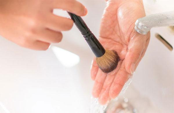 Como lavar pincéis de maquiagem